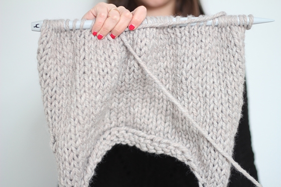 Superkitina tejiendo un jersey gris