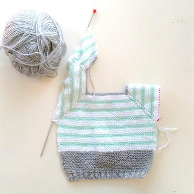 Jersey de bebé. Punto dos agujas. Mint gris y blanco . Superkitina